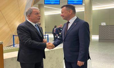 Millî Savunma Bakanı Hulusi Akar ve Polonya Savunma Bakanı Mariusz Blaszczak NATO Karargâhında Bir Araya Geldi